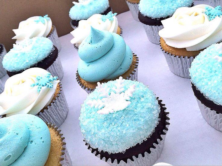 dessert anniversaire enfant, cupcakes glacage et décoration, motifs reine des neiges, des flacons de neige sucrés