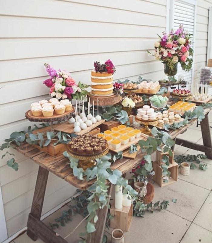 decoration bar a bonbon, table rustique, cupcakes, sucettes de gateau, macarons, gateau, décoration de feuilles, bouquets de fleurs