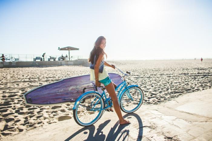 entrainement sportif, plage, mer, shorts turquoise femme, planche de surf violette, t-shirt jaune, tongs femme