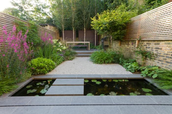 decoration exterieur, petit bassin d'eau, terrain sablé, broussailles vertes, clôture en briques, arbres
