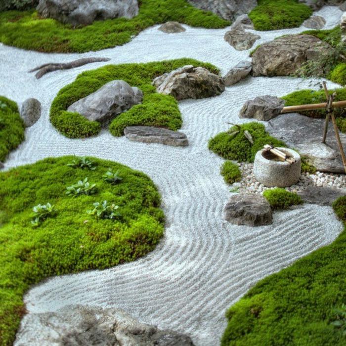 parterre de fleurs avec galets et sable, zones couvertes en mousse, fontaine zen en bambou, jardin zen