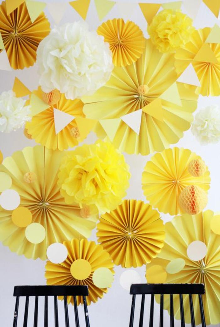 un fond photobooth créatif et chic composé de rosaces et fleurs en papier