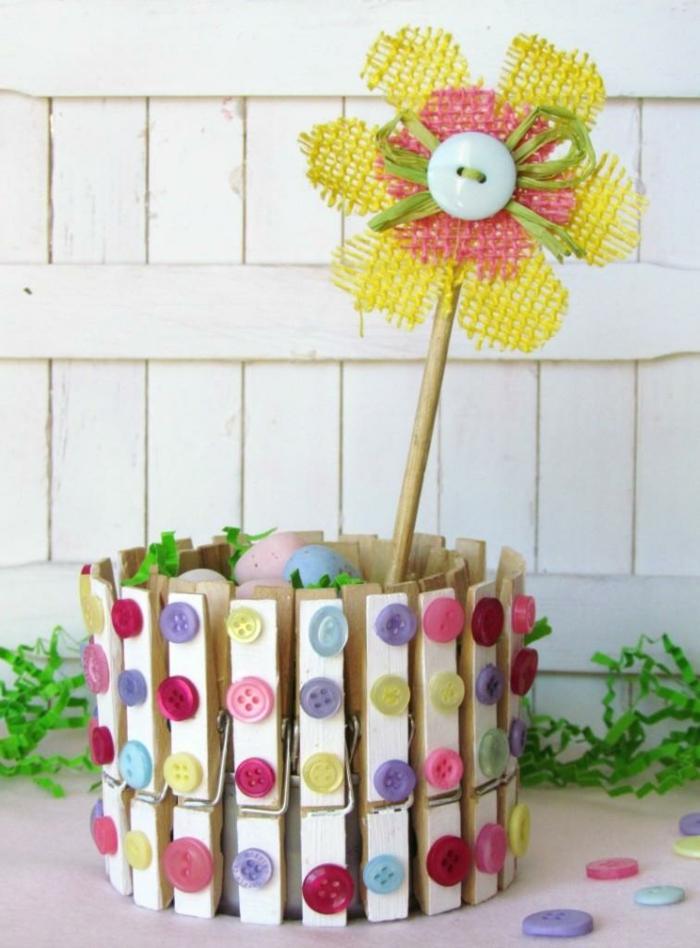 transformer une boîte de conserve en joli panier, décorée de boutons colorés