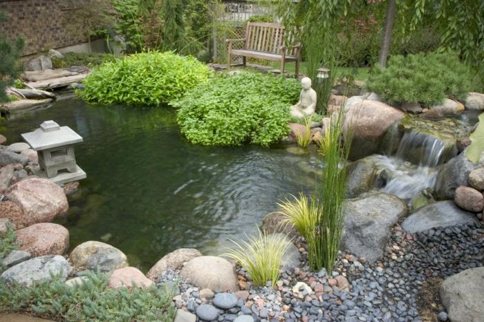 cailloux décoration jardin, cascade d'eau, lanterne zen, statue de bouddha, broussailles vertes