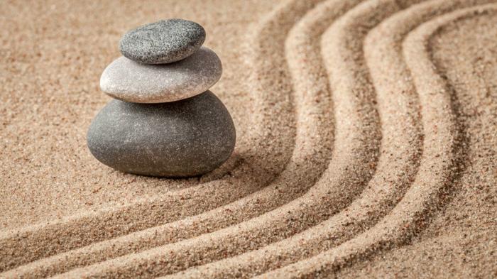 déco de jardin zen, terrain sable à ratisser, forme en pierre zen, cailloux décoration jardin