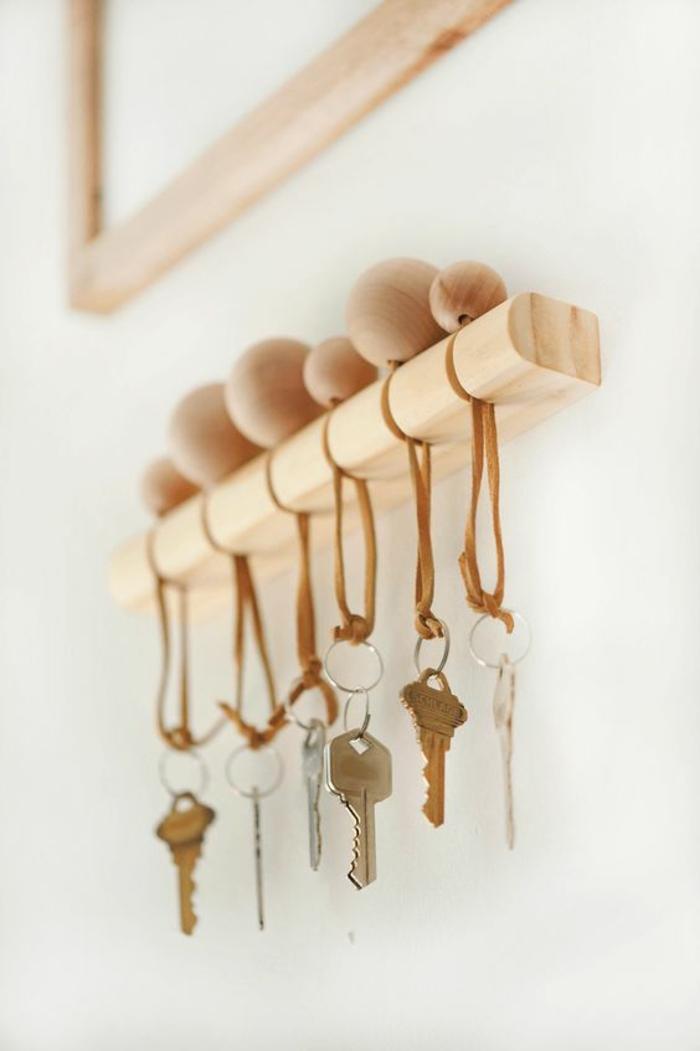 réaliser un porte clé mural original en bois au design épuré, un porte-clé réalisé avec grosse perle de bois