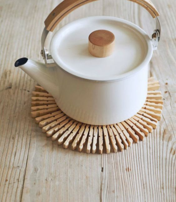 comment réaliser un dessous de plat original en pinces à linges bois, que faire avec des pinces à linges en bois