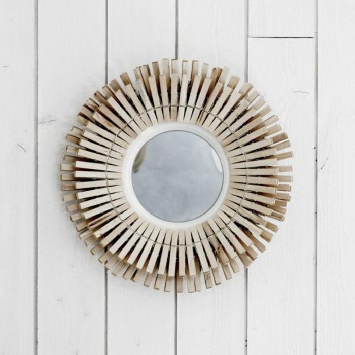 un cadre de miroir oval diy au design scandinave réalisé avec des pinces, que faire avec des pinces à linges en bois