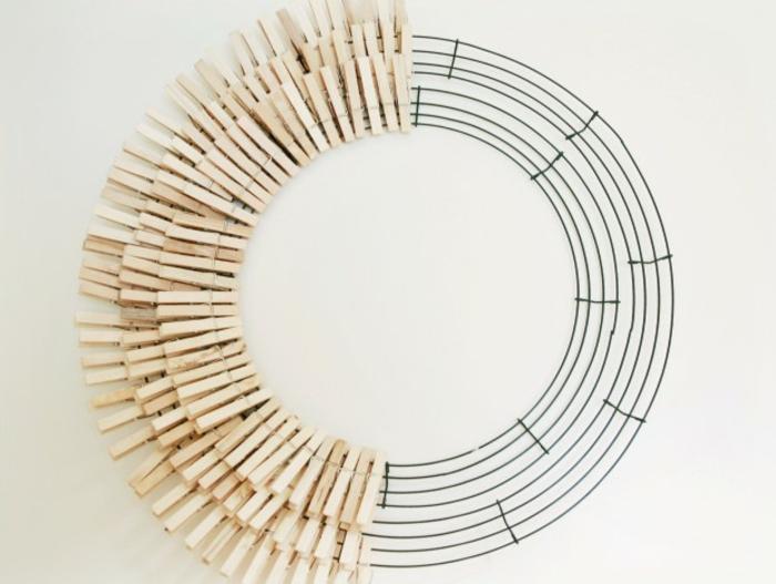 comment faire une jolie couronne tournesol avec des pinces à linge colorées, que faire avec des pinces à linges en bois