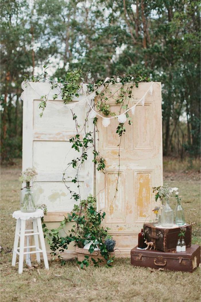 anciennes portes de grange transformées en fond photobooth, idée créative pour un mariage champêtre