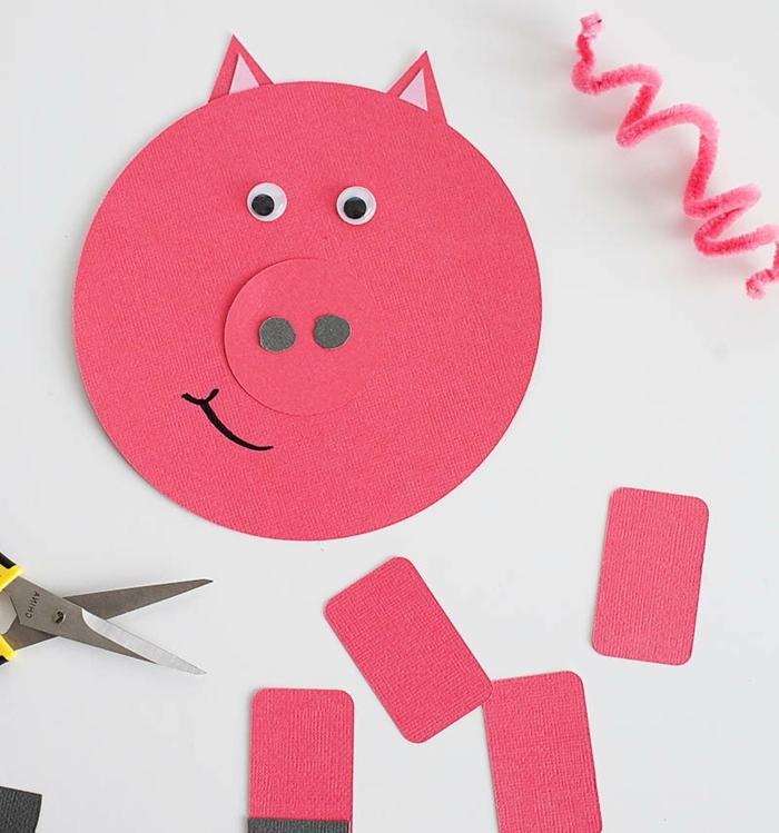 découper des détails rouges de visage de cochon, chenille cure-pipe, idée comment décorer une tirelire, boite a cereales