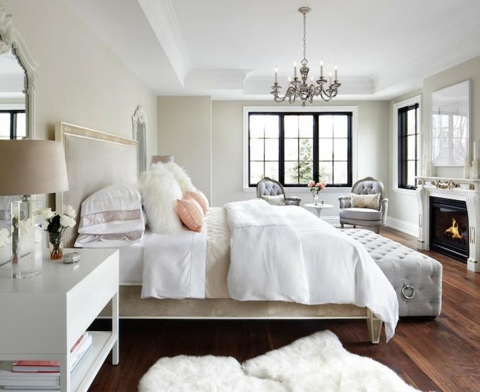 amenagement chambre, grandes fenêtres noires, murs ivoire, fauteuils gris, banc capitonné, cheminée