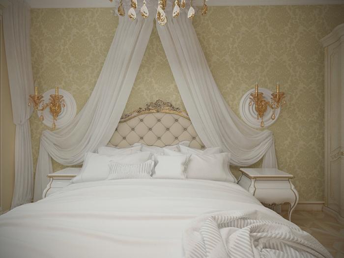 chambre boudoir, murs damassé en beige, décoration de lit en voiles blanches, bougeoirs dorés