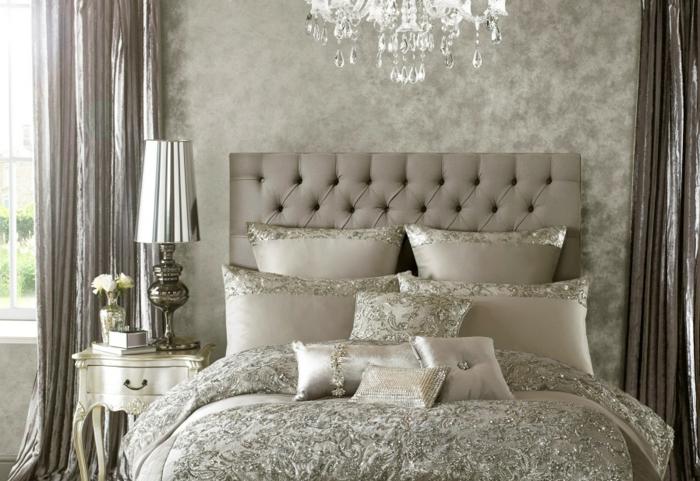 idée déco chambre, murs damassés gris, rideaux longs, grandes fenêtres, tête de lit capitonnée