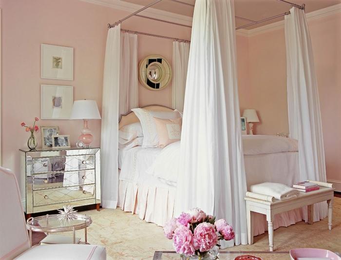 boudoir parisien, murs rose pastel, voiles blanches, table ronde en verre, lampe de chevet en blanc et rose