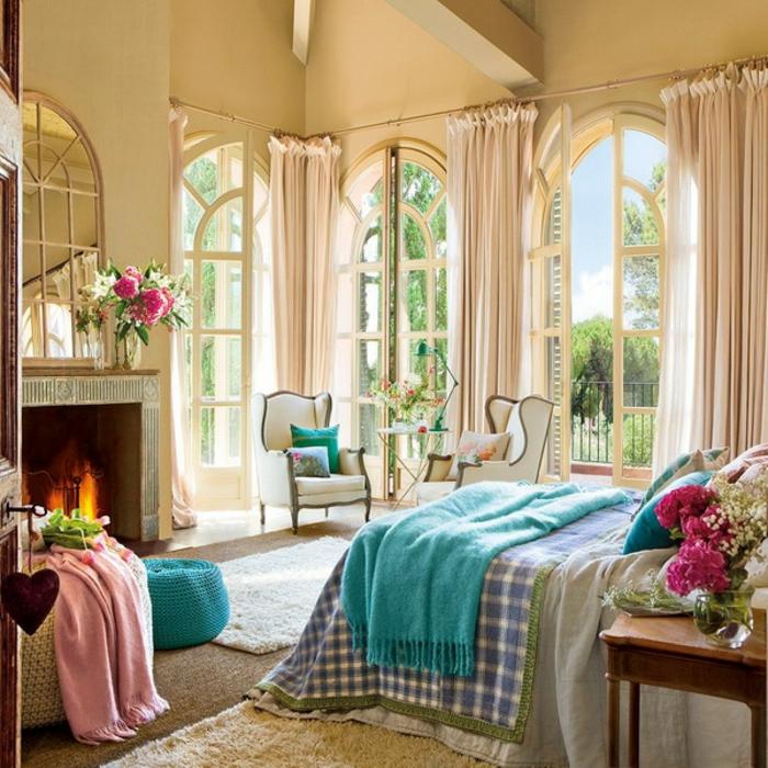 chaise romantique, plaid rose avec franges, tabouret turquoise, cheminée, murs jaunâtre, tapis moelleux