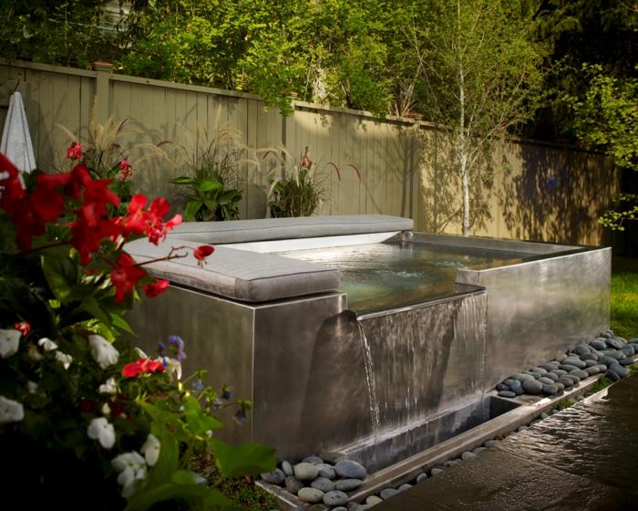 déco de jardin zen, cascade d'eau, decoration exterieur, broussailles rouges, gazon vert