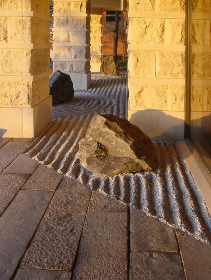 objets decoration jardin, colonnes, rochers dans le sable, terrain sablé ratissé