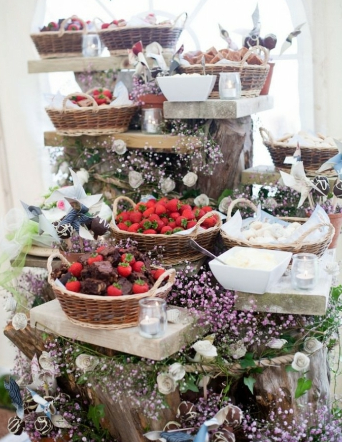brownies, fraises, petits gateaux rangés dans des paniers en rotin, deco florale, bois, differents niveaux, candy bar mariage