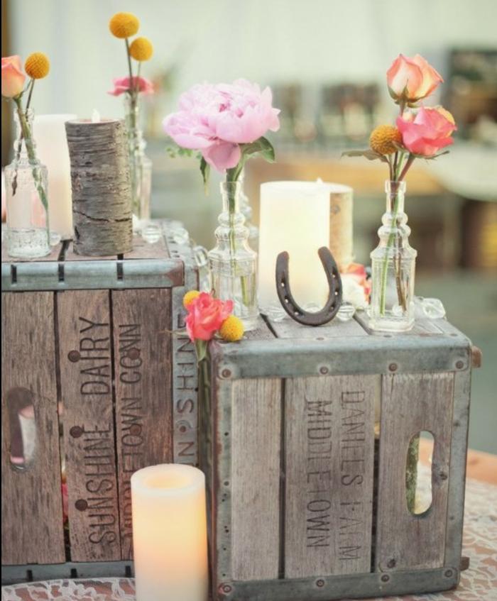 des caisses en bois pour fabriquer une deco mariage champetre chic, bougies, vases bouteilles en verre vintage, bouquet de fleurs, fer à cheval