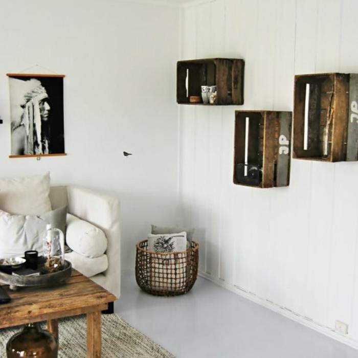 exemple etagere cagette en bois brut, meuble de rangement mural vaisselle, accessoires déco, table en bois brut, canapé blanc, table en bois brut, tapis, déco murale photo indien, salon scandinave à détails amérindiens