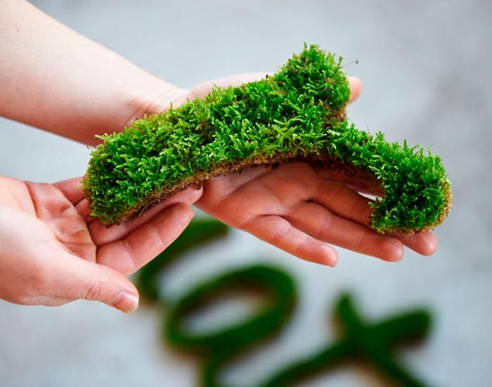 idee deco jardin a faire soi meme, couper des lettres en mousse, décoration murale jardin