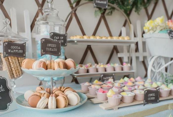 candy bar mariage, macarons, réglisses rangés dans des moules à muffins, guimauves et gaufres, bonbonnière en verre, présentoir gateau