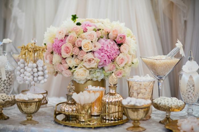 candy bar mariage, dragées blancs, centre de table floral, bouquet de fleurs, fond de rideaux blanc, nappe blanche, contenants en verre et contenants dorés