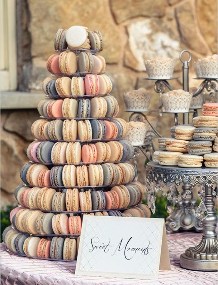 cupcakes et macarons de couleurs pastel, nappe rose, présentoir gateau, idee deco mariage glamour, bar à bonbons mariage