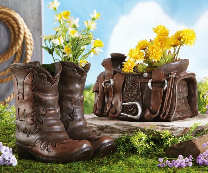 amenagement jardin, bottes cowboy, sac à main en motifs volutes en bois, fleurs jaunes, corde