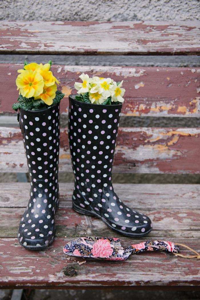 recup jardin, bottes noires à pois blancs, violette jaune, déplantoir rose et noir, banc en bois