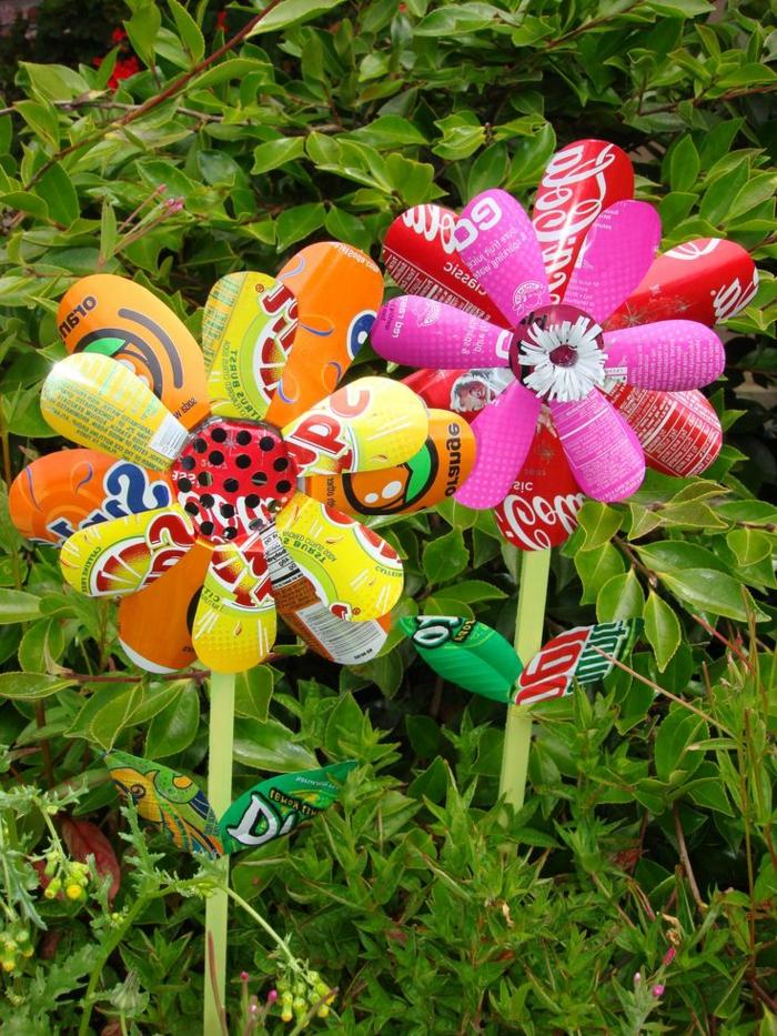 idee deco jardin a faire soi meme, fleurs multicolore en papier, plantes vertes