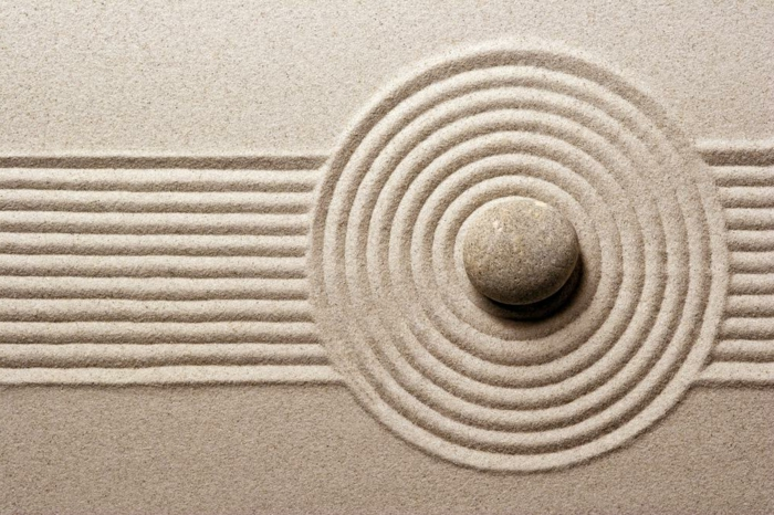 cailloux décoration jardin, ratisser le sable, lignes droites, cercle en sable, pierre au centre, deco jardin