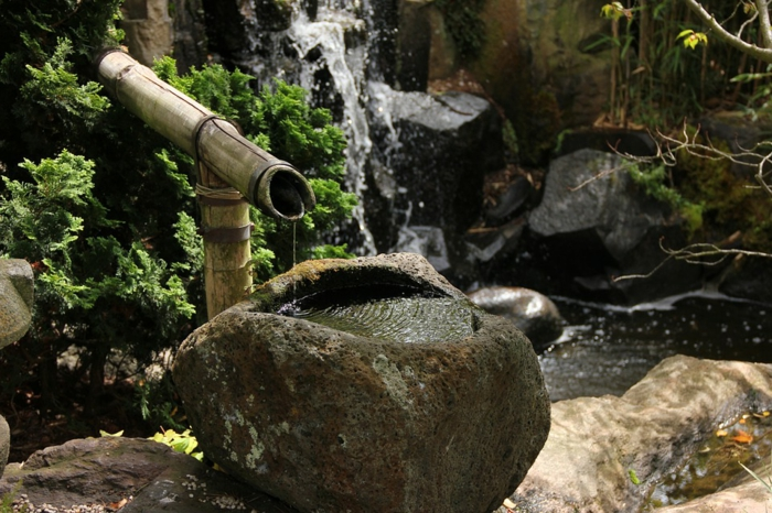 déco de jardin zen, cascade d'eau, fontaine zen en bambou, idee deco jardin
