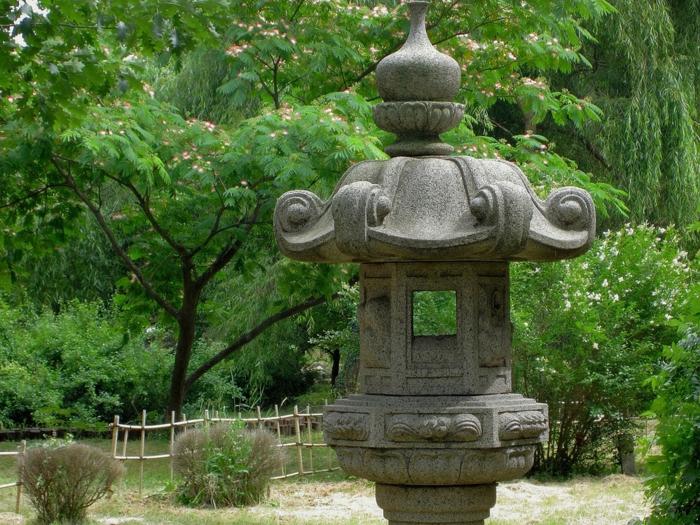 objets decoration jardin, lanterne en pierre zen, arbres, clôture en bois, déco de jardin zen