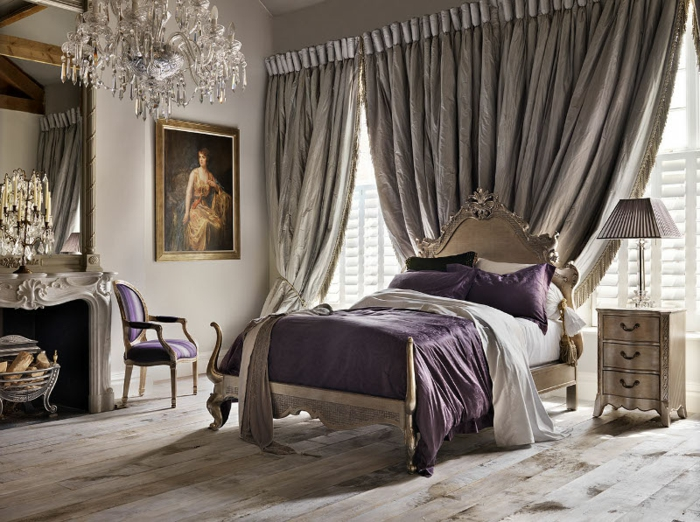 amenagement chambre, cheminée avec décoration en plâtre, murs blancs, chaise violette