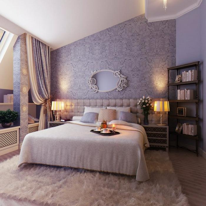 chambre boudoir, tapis blanc, linge de lit en blanc, lampes de chevet jaunes, murs damassés