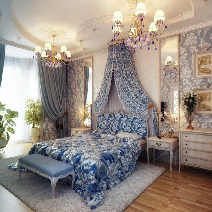 idée déco chambre, banc en bleu clair, parquet stratifié, plafond avec déco en plâtre, grands miroirs