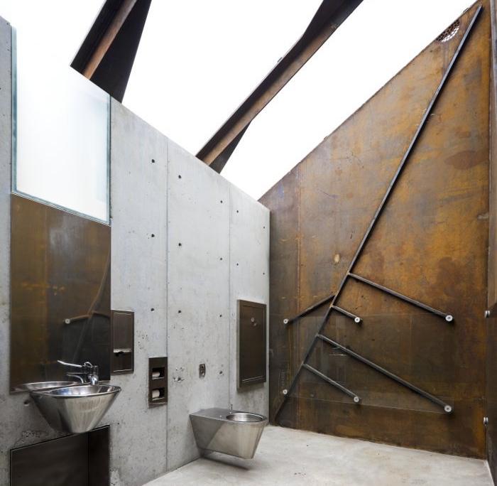 toilettes publiques originales style industriel métal moderne