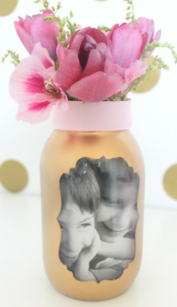 comment fabriquer un vase de fleurs, repeindre un pot en verre, ruban décoratif, bouquet de fleurs, photo enfant, cadeau fete des meres customisé