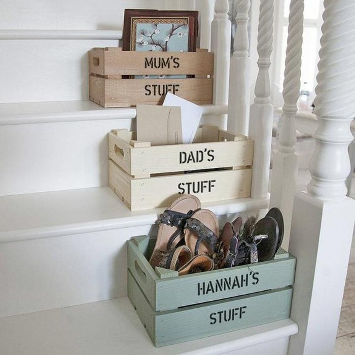 idée de rangements personnalisés sur les marches des escaliers, chaussures, affaire personnelles, caisse en bois deco
