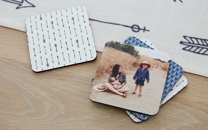 des sous verres customisés avec des photos imprimés et papier à motifs divers, idee fete des mères cadeau original