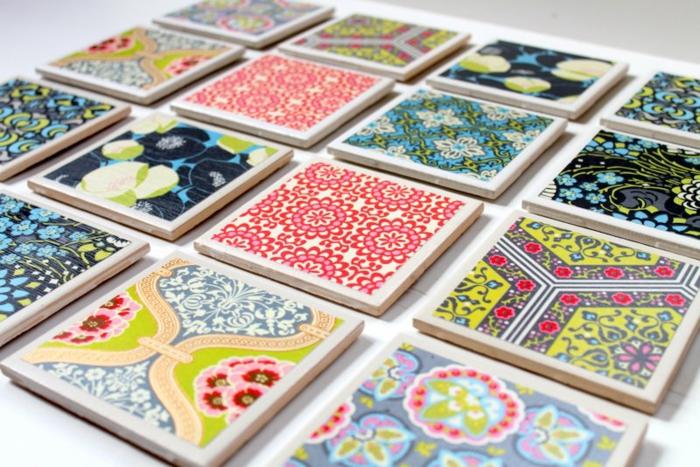 des sous verres en gres cerame carrés, customisés avec du papier multicolore, motifs shabby chic, cadeau pour la fête des mères