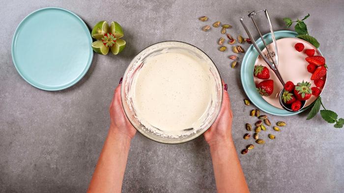 dessert glacé maison idée comment faire un parfait au sucre et oeufs dessert d été original simple avec topping de fruits rouges