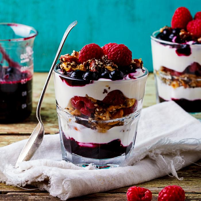 recette peu calorique, noix, fraises, yogourt, cuillère à dessert, table en bois, serviette blanche