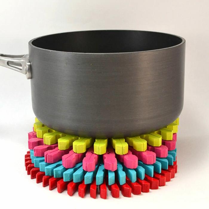 fabriquer un dessous de plat en pinces à linge teintées, que faire avec des pinces à linges en bois