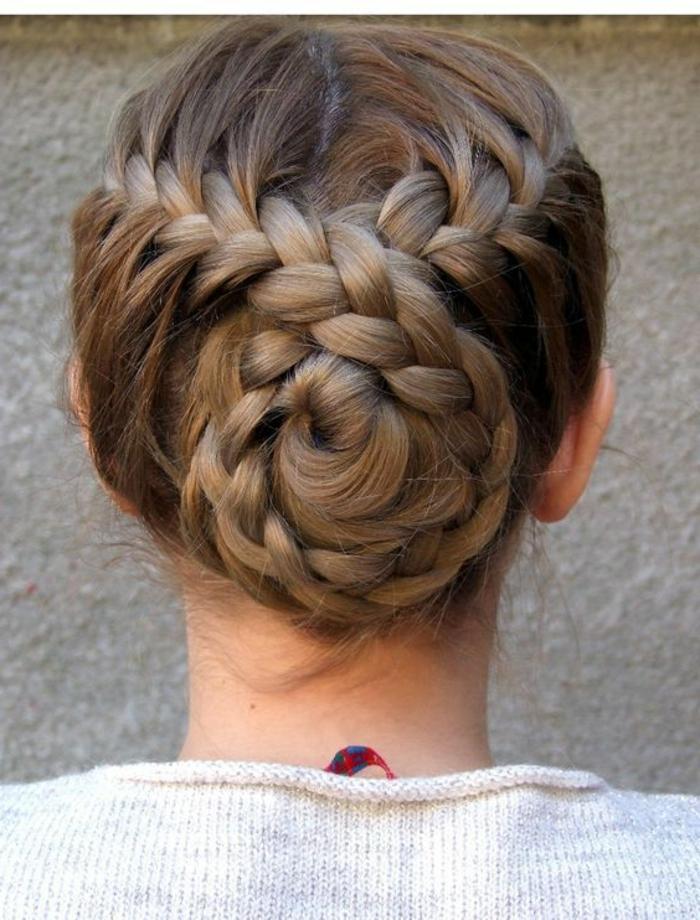 tresses collées et chignon avec deux tresses croisées, coiffure de mariage