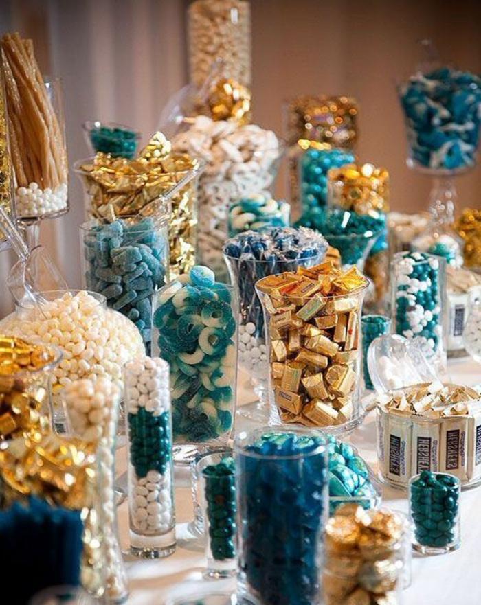 bonbonnière en verre de taille différente, dragées, gélifiés, boules de gomme, réglisses, caramels, petits chocolats, déco bleu, blnc, or
