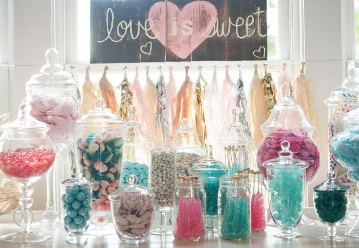 candy bar mariage, couleur rose, bleu et blanc, décoration de guirlande de pompons à franges, planche décorative mariage, bonbonnières de tailles diverses