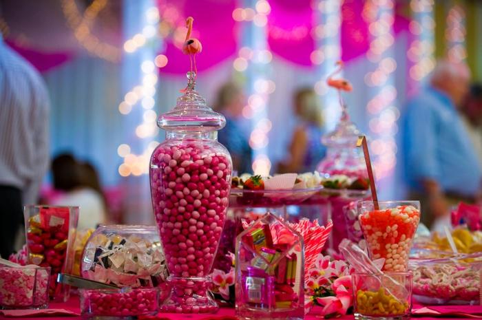 idée de bar à bonbons mariage, dragées, petits chocolats, fraises au chocolat, batons sucrés, idee deco mariage en rose